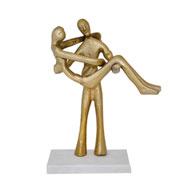 Escultura em metal e mármore casal dourado 28x18 cm