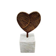 Escultura de mármore e metal coração bronze 22 cm