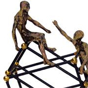 Escultura em resina pessoas ouro velho 19x21 cm