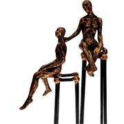 Escultura em resina pessoas ouro velho 09x24 cm