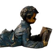 Escultura em resina Menino ouro velho 28x17 cm